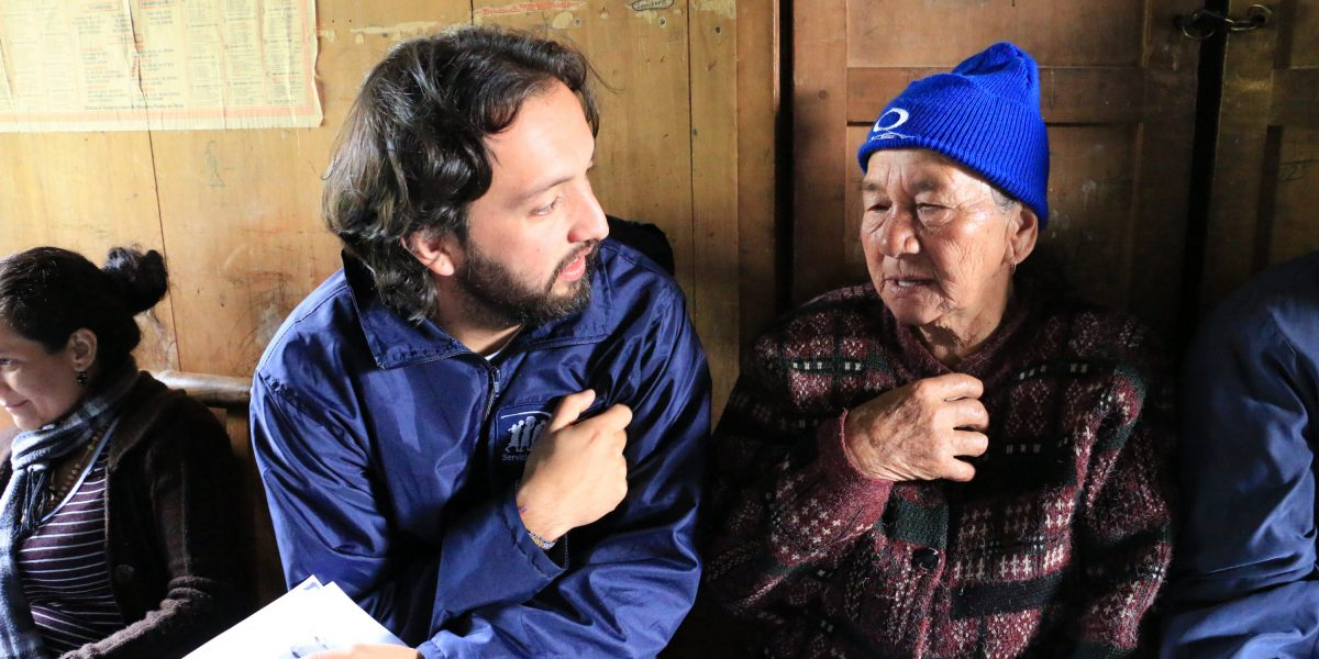 JRS staff member talks with a beneficiary in the border between Colombia and Venezuela.